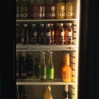 Faire Drinks im Kühlschrank im Café Vegan